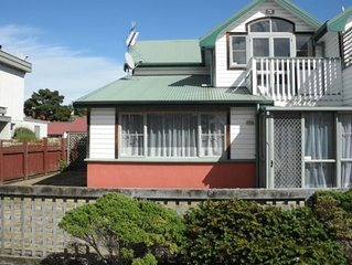 Riverside Townhouse with room for  all the family & WIFI
