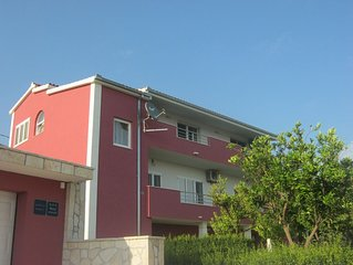 Nice apartment with a large garden and BBQ between Split and Trogir