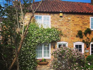 Quintessential English Cottage, a perfect base to explore Hampton Court & London