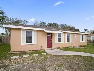 Beach Retreat Bungalow, 10 blocks from the beach, w/BBQ Grill, Upgraded Kitchen