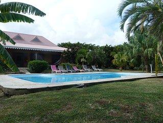 Jolie villa creole en bord de mer avec piscine dans quartier residentiel calme