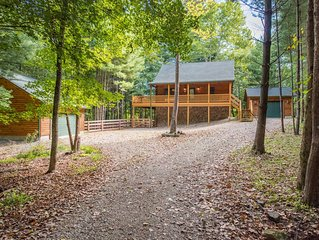 Luxurious pet friendly cabin with fenced yard! Close proximity to hiking and act