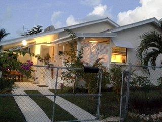 Tropical Beachside Cottage, 2 Bedroom/AC in tropical garden