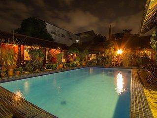 Homestay bernuansa klasik dengan kolam renang dan taman