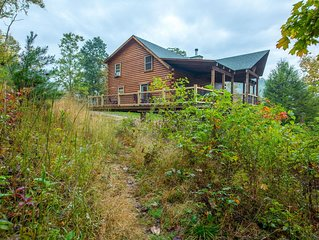 Gorgeous hilltop lodge with stunning views! Pet friendly accommodations close to