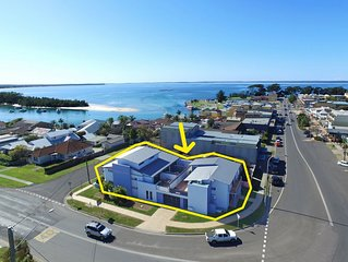 'Plantation' - Modern Family Friendly Apt, Main St Huskisson, 500m to beach!