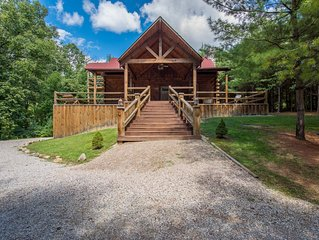 3 story pet friendly lodge near Old Man's Cave!