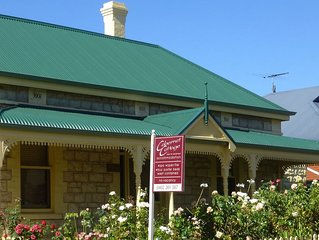 Cabernet Cottage - Historic building from 1895 just 100 meters from main street