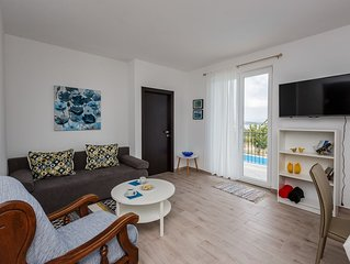 Beautiful apartment with swimming pool and sea views.