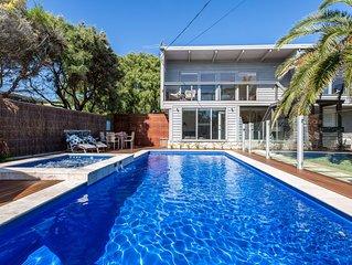 Front Beach House: beach & pool