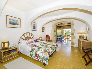 Tranquillity Suite in 350 year old B&B Farmhouse with Amazing views and Pool