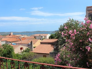 Central flat with sea view and flowers all around