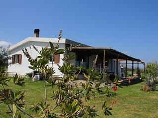Casa in campagna con vista mare e ampio giardino.