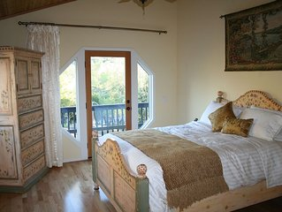 Romantic Retreat with Views, Fireplace & Spa-Close to town! Private!