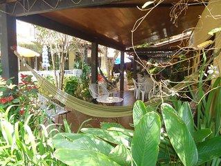 Bela casa 4 suítes, piscina, salão de jogos c/ sinuca etc, varandas e flores.