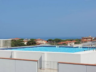 One bedroom Apartment, sleeps 4 with Pool, FREE WiFi and Walk to Beach & Shops