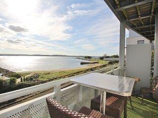 Island View - Stunning Waterside Apartment