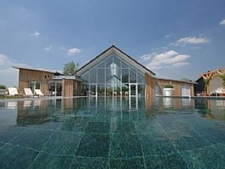 Luxury Lakeside House with Skydeck. On-site Spa with Swimming Pool