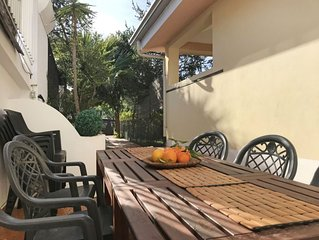 5 bedroom Apartment, sleeps 8 with FREE WiFi and Walk to Beach & Shops