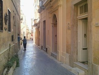 MARIA Townhouse Heart of old quarter of Victoria Gozo. MAHOGANY ROOM peaceful.