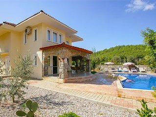 Well-located villa close to shops, bars and restaurants of down town Hisarounu,