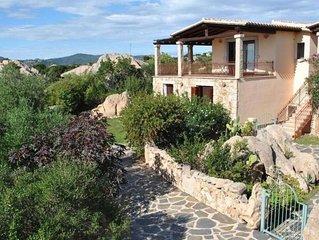 Villetta con giardino immersa nei graniti e nella macchia mediterranea.Splendid