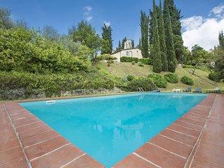 Villa Senese a soli 5 km da Siena, immesra nelle colline Toscane, con 8 camere d