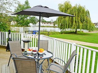 From L15.50 pppn. Stylish pet-friendly lakeside retreat in the Cotswold Water Pa