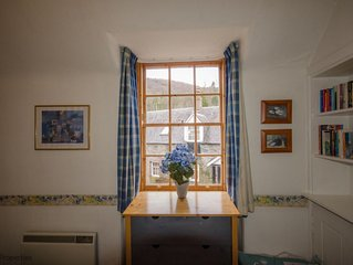 Quirky Cottage in Birnam near arts centre & Dunkeld, sky tv, parking, pets allow