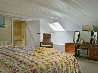 Hill House Hideaway - One Bedroom Cottage, Sleeps 2