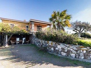Appartamento al piano terra, 2 camere, 1 bagno, giardino esclusivo, vista mare.