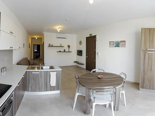 Central and modern 2 bedroom apartment having 2 bathrooms, sleeps 5