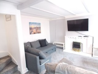 4 bed Grade II listed Apartment. 50 yds to Beach Sleeps 10, WiFi, great views