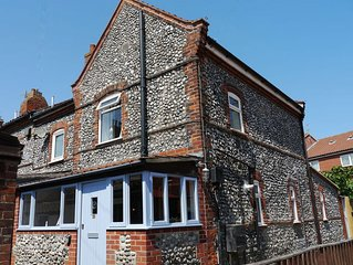 Cromer Flint Cottage, short walk to seafront and shops, free wi-fi, dog friendly
