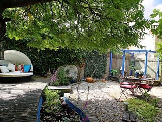 ARTISTIC ROMANTIC COTTAGE IN CENTRAL AND QUIET LOCATION NR RACECOURSE & PARKING