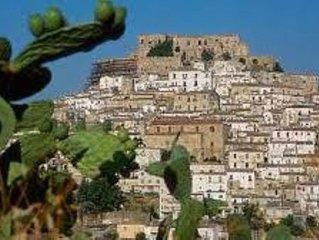 Casa con terrazzo in borgo medievale affacciata sul Mar Ionio e a 1h di auto da