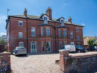 Within walking distance of the centre of Cromer, this one-bedroom apartment has