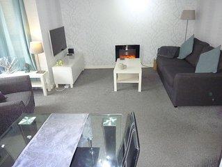 Stunning & Very Modern 2 Bedroom Apartment (Sleeps 4) very near Paisley Centre