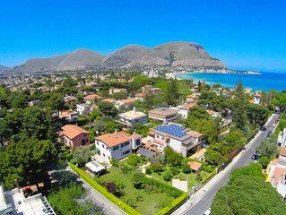 Villa Liberty con giardino a 300 metri dalla spiaggia di Mondello