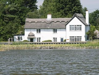 Beautiful Thatched Cottage Overlooking Hickling Broad