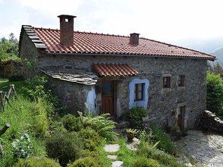 Hermosa casa de piedra sobre la costa