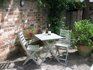 Twin-bedded detached self-catering studio with large patio, Cheltenham Town