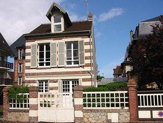 Maison de charme à Houlgate rénovée plein centre avec jardin à 150 m de la mer