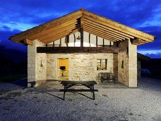 Casa de piedra y madera, situada en un lugar tranquilo, con vistas excepcionales