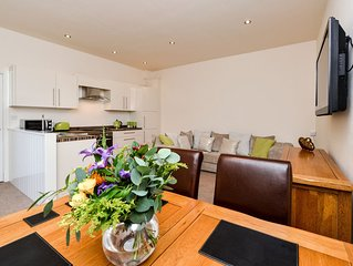 Heart of Kendal town, Modern holiday let property with parking, Pets welcome