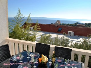 Stunning Balcony Sea Views, 400m to Lovely Beach, with BBQ Courtyard for Dining