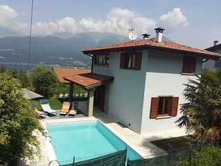 Moderna villa con giardino e piscina
