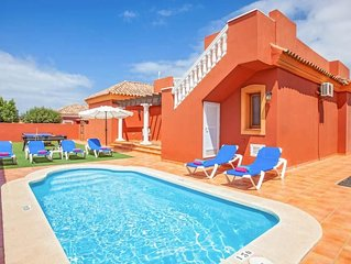 3 bedroom Villa, sleeps 6 with Pool, Air Con, FREE WiFi and Walk to Shops