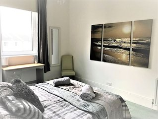 The beach at the end of the road, sleeps 8, fast wifi, private parking