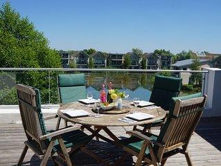 Fantastic, pet-friendly family Penthouse apt, large deck & BBQ, plus Pools/Spa